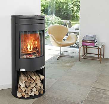 Tall wood burning stove with raised combustion chamber